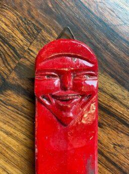 gezicht in hout gesneden