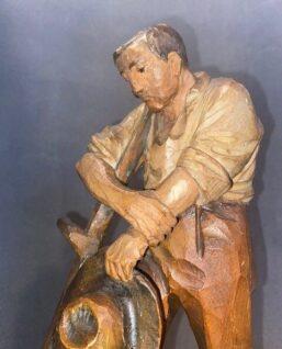 houtsnijwerk van boer
