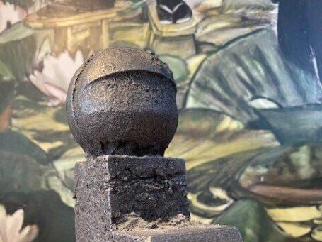 zittend figuur van kunstenaar willy ceysens