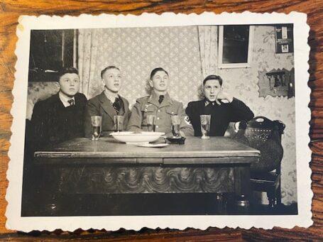 4 jongens aan tafel in de oorlog