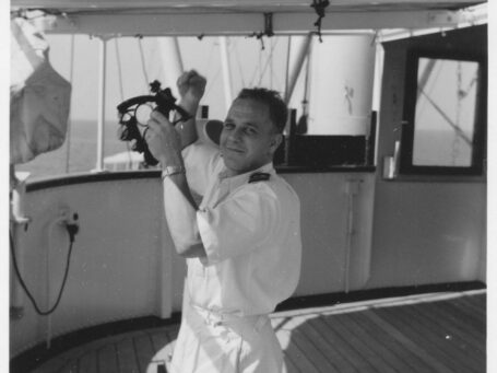 j.j.woltjes op schip met sextant